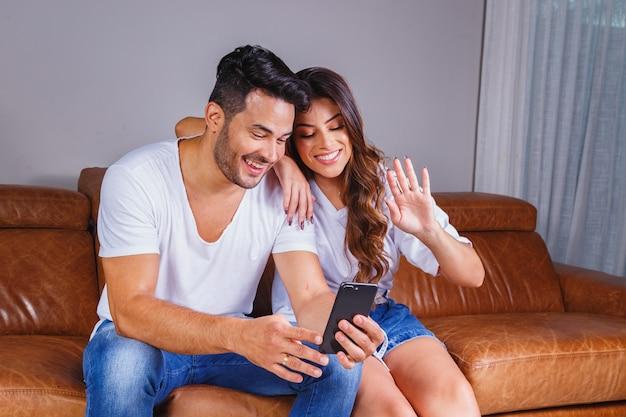 検疫で家族とビデオ通話の美しいカップル