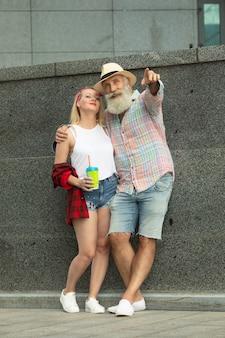 야외에서 아름 다운 커플입니다. 성숙한 수염 된 남자와 젊은 여자.