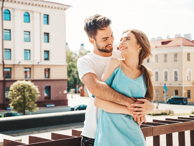 通りでポーズ美しいカップル