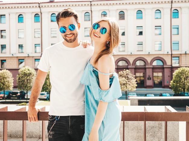 Красивая пара позирует на улице