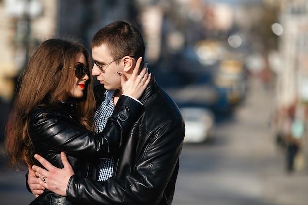 Красивая пара позирует на улице города