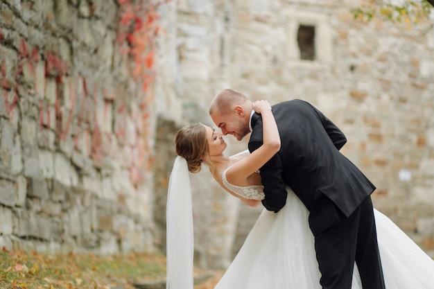 그들의 결혼 날에 포즈를 취하는 아름 다운 커플