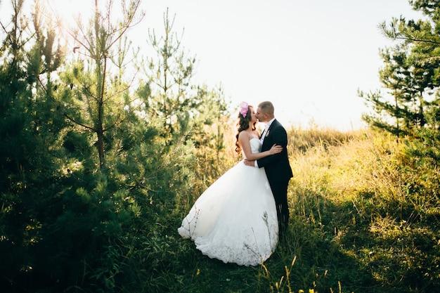 Красивая пара позирует в день своей свадьбы