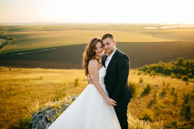 結婚式の日にポーズ美しいカップル