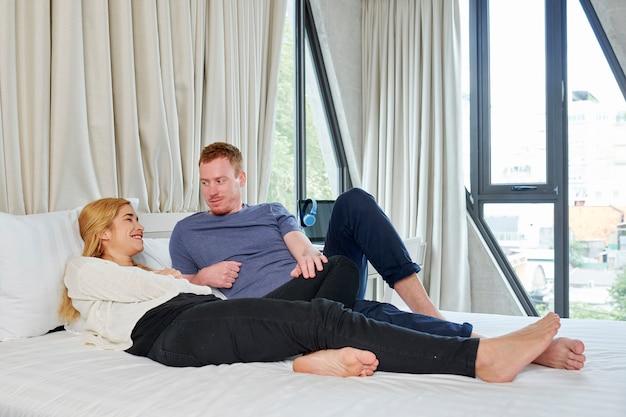 아름 다운 커플 침대에서 휴식