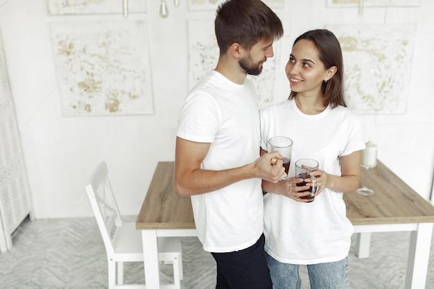 美しいカップルは家で時間を過ごす
