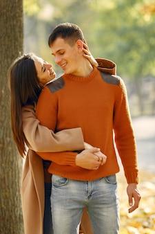 Красивая пара проводит время в осеннем поле