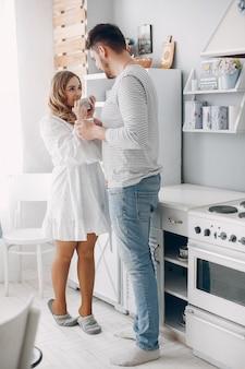 美しいカップルは台所で時間を過ごします