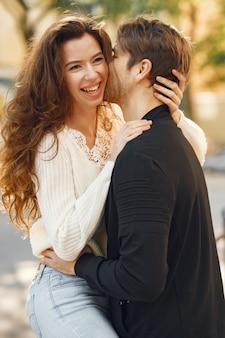 Красивая пара проводит время в весеннем городе