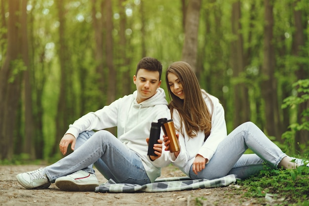 아름 다운 부부는 봄 숲에서 시간을 보내고