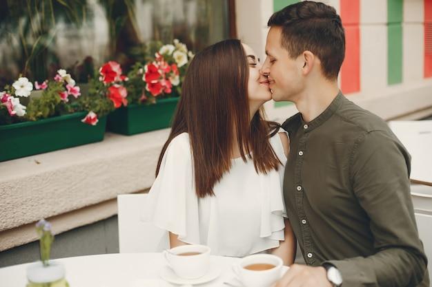 美しいカップルは、夏の街で過ごす