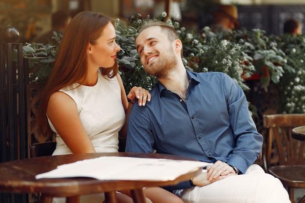 美しいカップルは夏の街で時間を過ごす