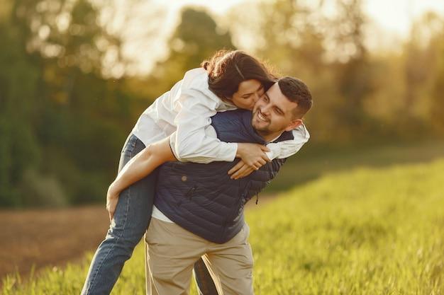 Красивая пара проводит время на летнем поле