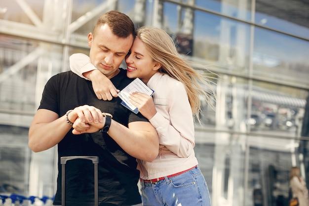 공항에 서있는 아름 다운 커플