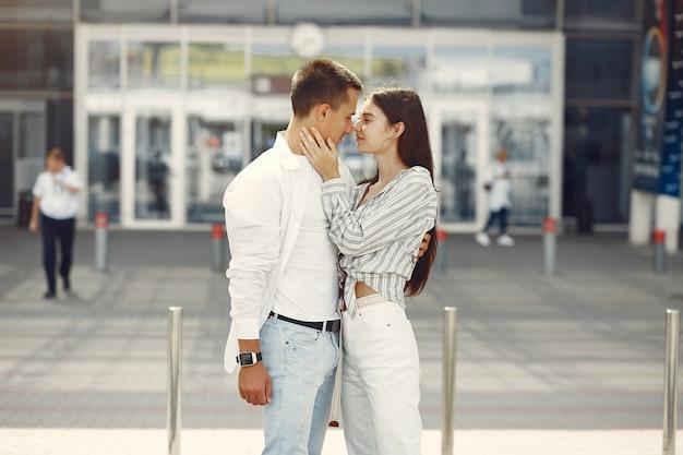 공항 근처에 서있는 아름 다운 커플