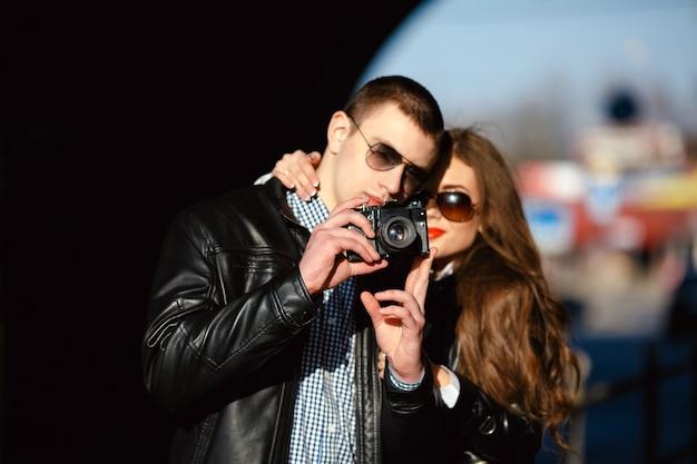 Красивая пара вместе делает фото в городе