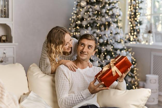 一緒に新年を待っている美しいカップル