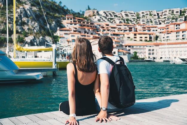 Portopiccolosistianaイタリアヨーロッパライフスタイルの休日と旅行を歩く美しいカップル