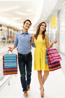 Красивая пара прогулки в торговом центре