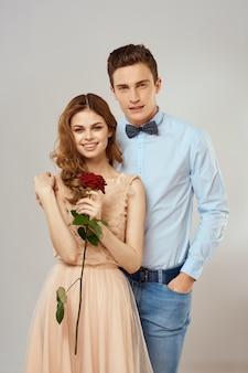 バラの花と美しいカップル