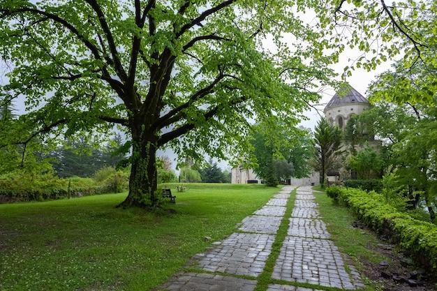ジョージア州の古代マルトヴィリ修道院の美しい中庭。トラベル