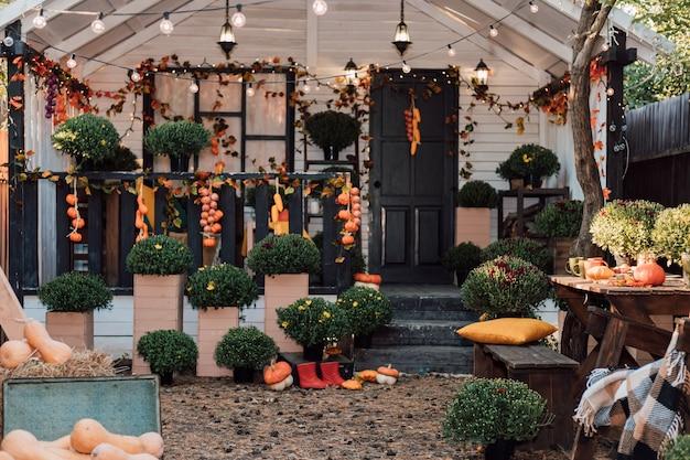 秋の花野菜とカボチャの美しい居心地の良い中庭