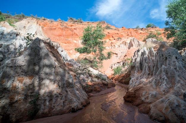 ベトナムのムイネーにある赤と白の砂岩の美しい小川の妖精。