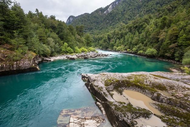 高山、ファン、パミールの美しい小川。