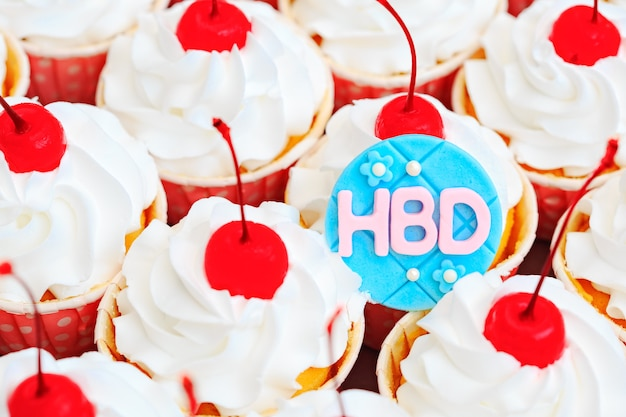 Красивый торт-чашка с красной вишней на вершине, обработанный в винтажном стиле кино