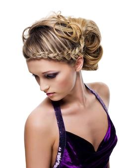 美しいカーリーとピグテールのヘアスタイル
