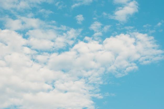 청록색 하늘 배경으로 아름 다운 곱슬 구름입니다. 화창한 날씨 흐린 하늘