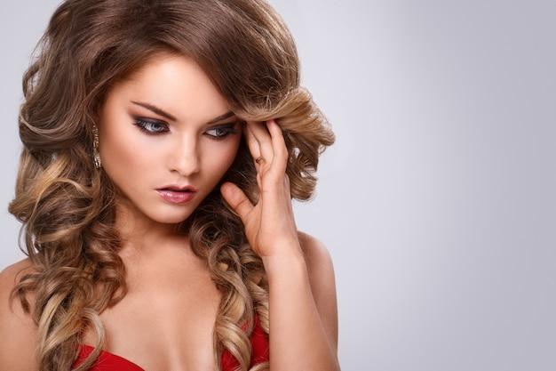 빨간 드레스에 아름 다운 곱슬 여자