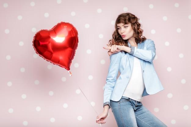Красивая фигурная женщина с воздушными шарами в форме сердца на день святого валентина