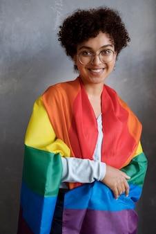 Bella donna riccia con bandiera lgbt
