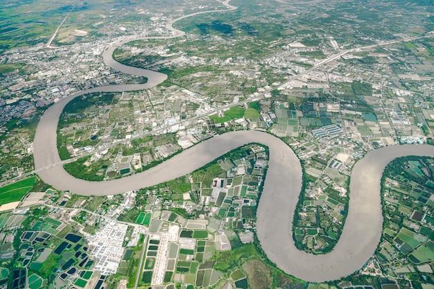 Beautiful curve river는 정오에 비행기에서 촬영되었습니다. 사방에서 농사와 계곡을 볼 수 있습니다.