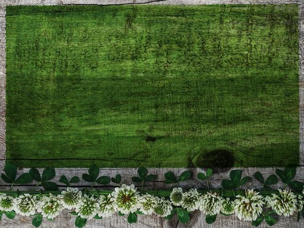 Красивые одуванчики лежат на зеленом столе