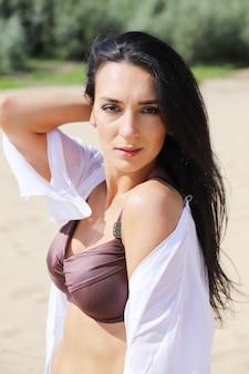 ビーチで水着姿の美しい黒髪の少女