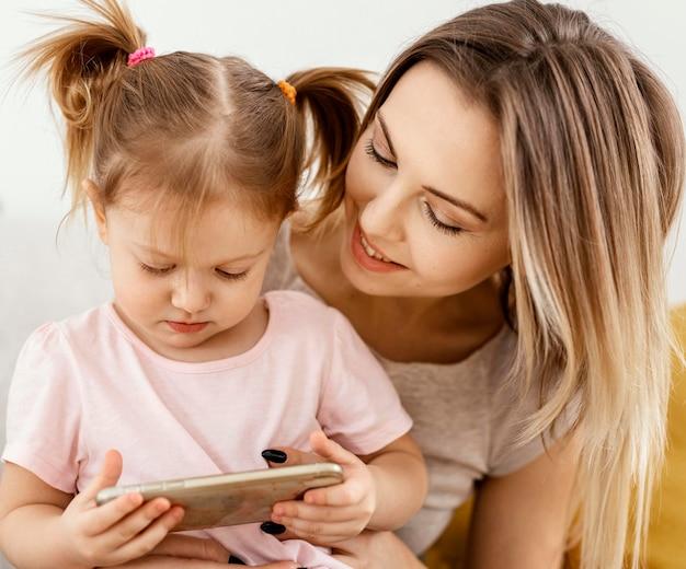 家で一緒に時間を過ごす美しい娘と母