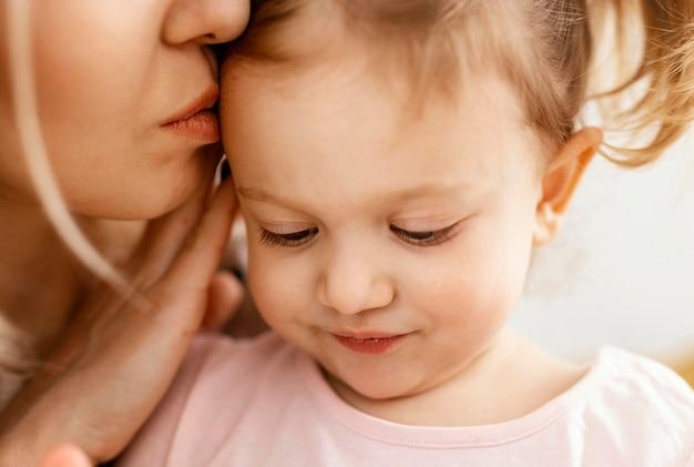 Красивая дочь и мать проводят время вместе дома