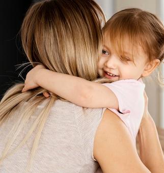 一緒に時間を過ごす美しい娘と母