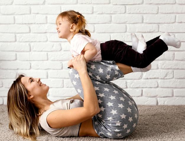 Красивая дочь и мать проводят время вместе