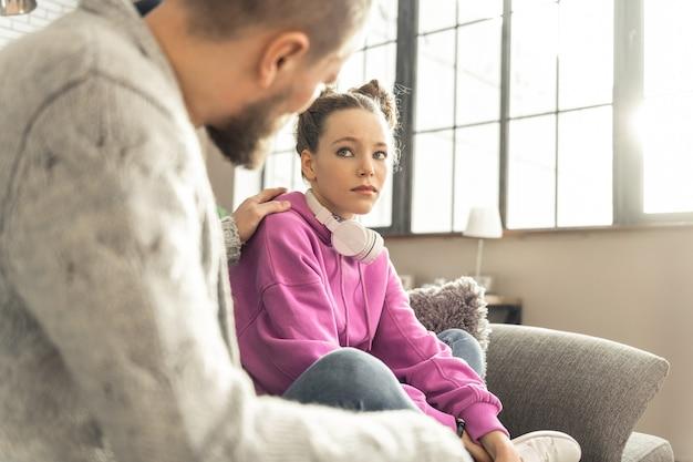 아름다운 딸. 스트레스를 느끼는 그의 아름다운 십대 딸을 진정시키는 수염 난 아버지