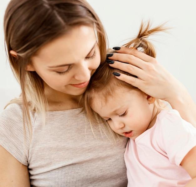 Bella figlia e madre che trascorrono del tempo insieme a casa