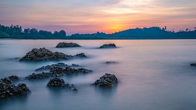 海の上の霧と美しい夜明け