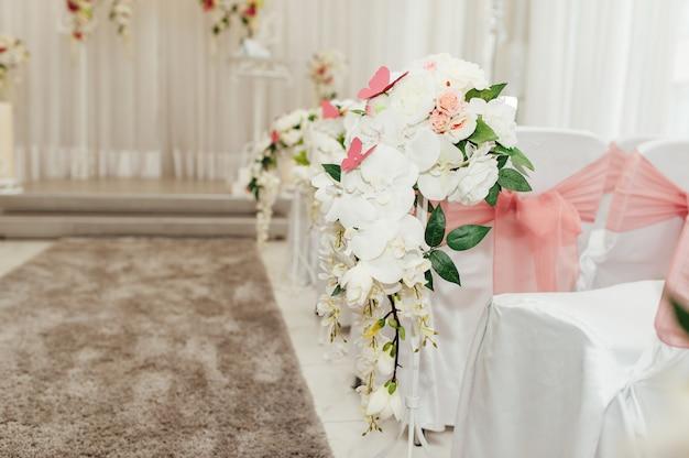 Красивый декор для свадебной церемонии в помещении