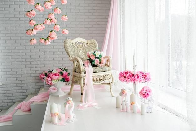 촛불과 꽃의 아름다운 장식. 화이트 핑크 색조.
