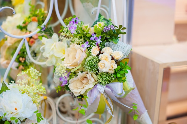 Красивый декор из цветов на свадьбу