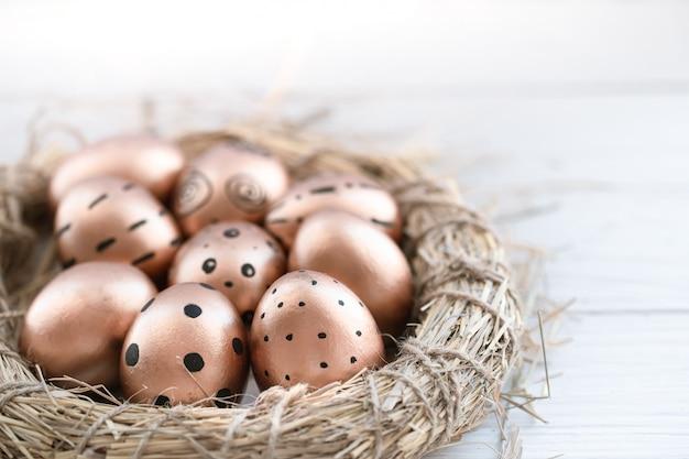 Красиво оформленные пасхальные яйца золотистого цвета.