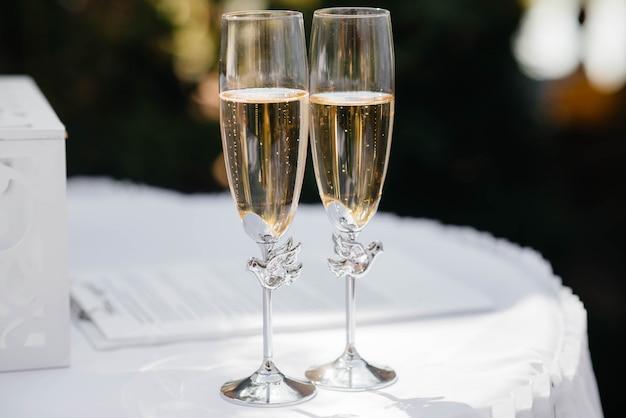 シャンパンのクローズアップと美しい装飾が施されたホリデーグラス。ホリデーグラス。