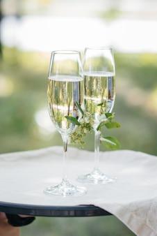 Красиво оформленные праздничные бокалы с шампанским крупным планом. праздничные очки.